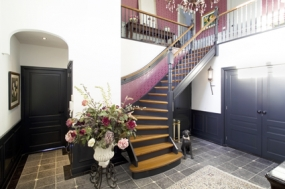 trap met ronde hoek interieur woonhuis
