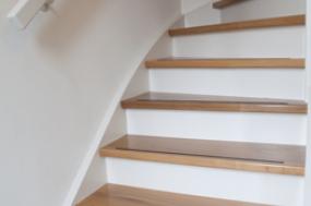 witte trap met mansonia treden