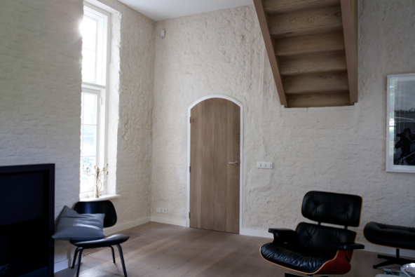 rustiek eiken trap met eiken deur